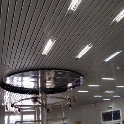 Кубообразный реечный потолок серый